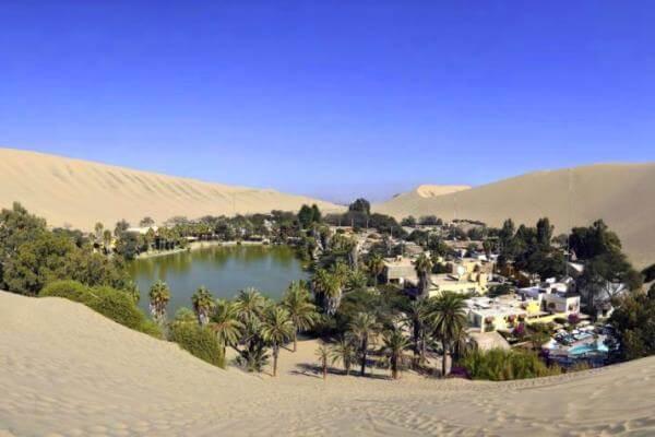 Oasis en el desierto de Huacachina (Perú)