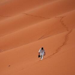 El hombre no puede caminar en línea recta
