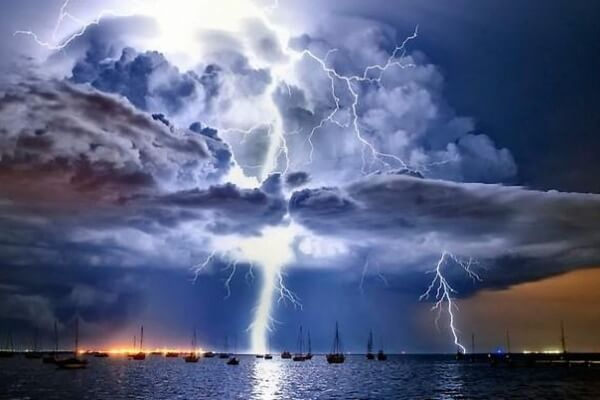 tormenta de rayos y truenos