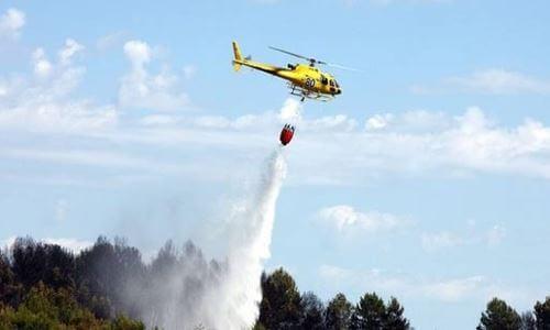 helicóptero apaga fuegos bomberos