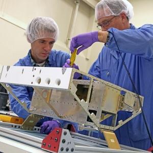 fabricación carcasa de un satélite artificial