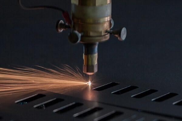 propiedades del rayo láser - El láser se puede emplear para cortar metal
